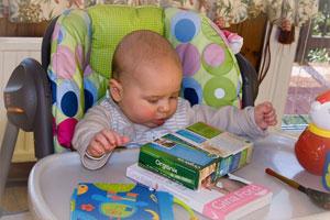 В полгода малышу вводят прикорм