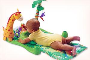 яркие игрушки жёлтого, зелёного, красного и синего цвета
