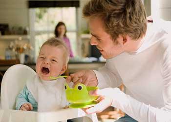 Папа ухаживает за ребенком