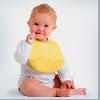 новорожденный сидит